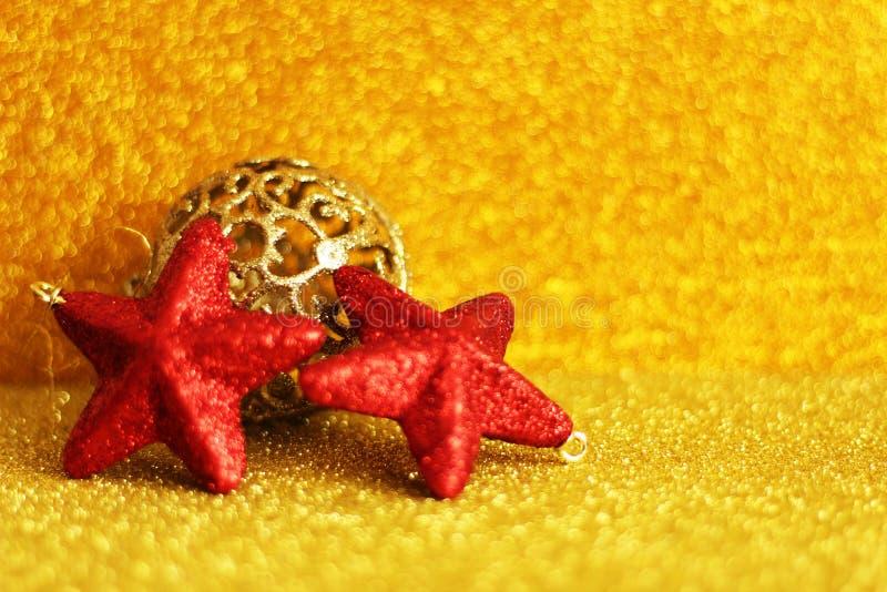 Motif de Noël : ornements rouges et d'or photo libre de droits