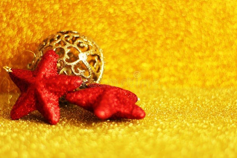 Motif de Noël : ornements rouges et d'or photos libres de droits