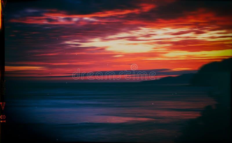 Motio vibrant orange rouge d'horizon d'océan de coucher du soleil de vintage horizontal photographie stock