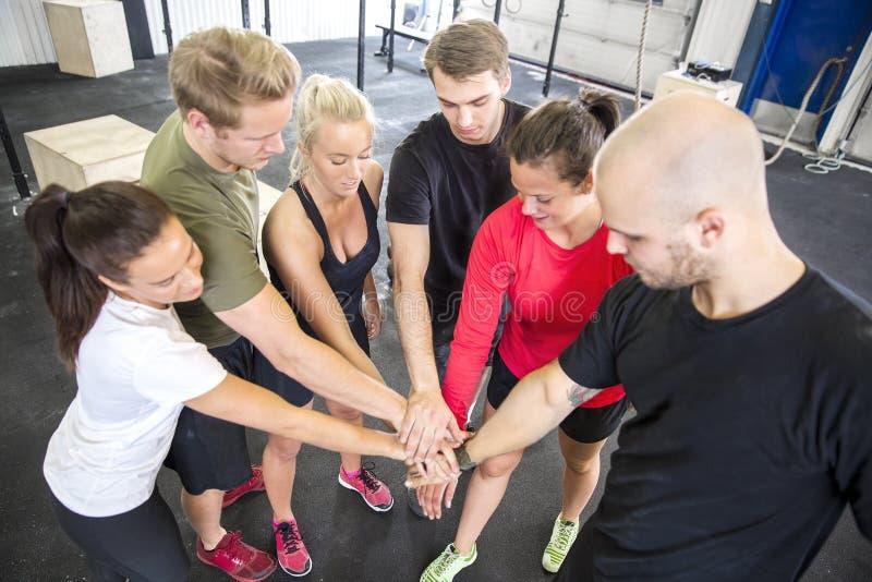 Motivação da equipe antes do exercício no gym imagem de stock