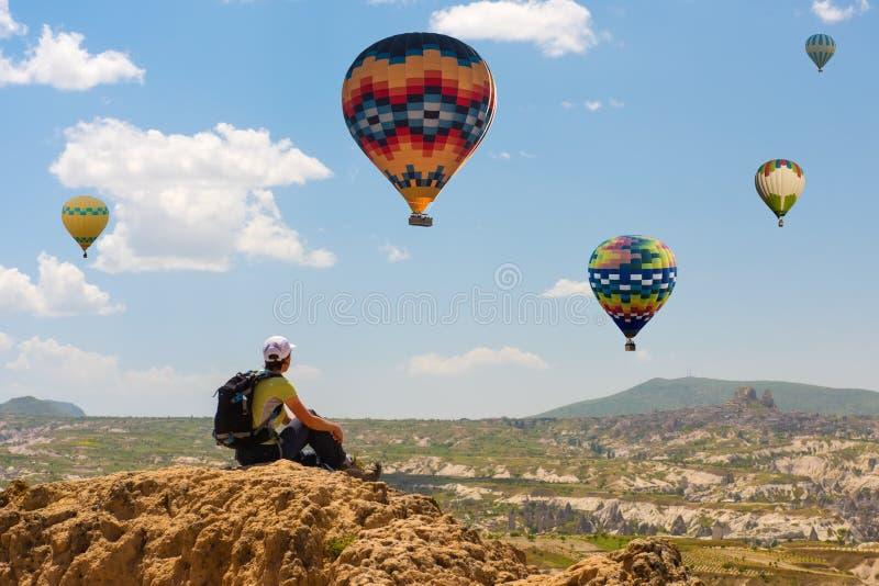 Motivaci?n del concepto del globo de la mujer acertada y del aire caliente, inspiraci?n imagenes de archivo