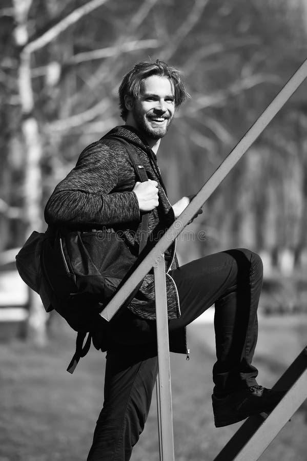 Motivado para moverse encendido Individuo hermoso del hombre disfrutar del fondo del parque de la mañana Día del comienzo feliz d fotos de archivo