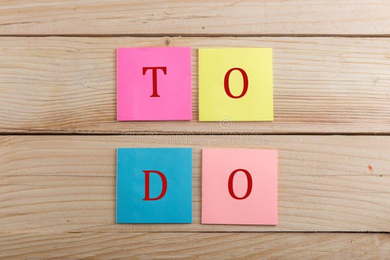 Motivatieconcept - velen kleurrijke kleverige nota met teksttaak stock foto