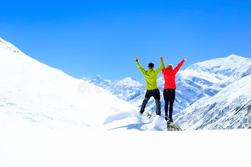Motivation de travail d'équipe, succès en montagnes d'hiver photographie stock libre de droits
