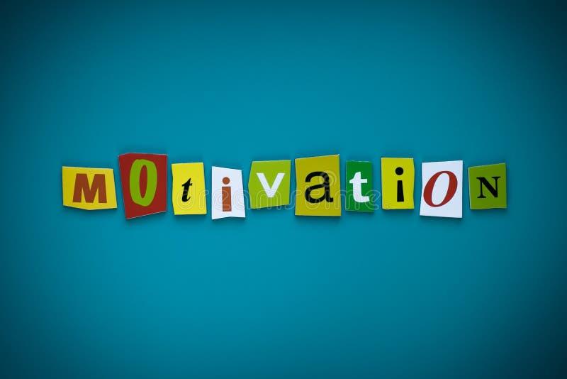 Motivation de Word des lettres coupées sur le fond bleu Concept d'autodéveloppement Titre - motivation Un mot écrivant le texte - image stock