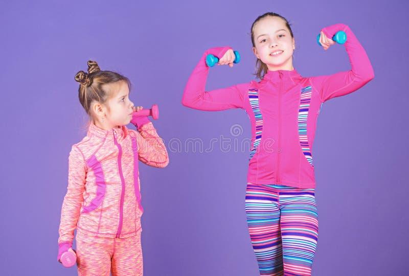 Motivation- och sportexempelbegrepp Litet barnrepetition?vning efter syster Sport?vningar f?r ungar Sund uppfostran royaltyfri foto