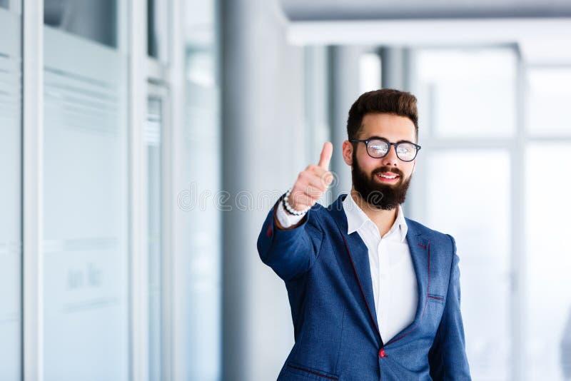Motivational gest av den unga stiliga affärsmannen arkivfoton