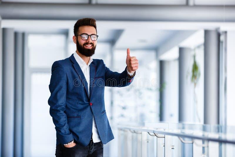 Motivational gest av den unga stiliga affärsmannen arkivbilder