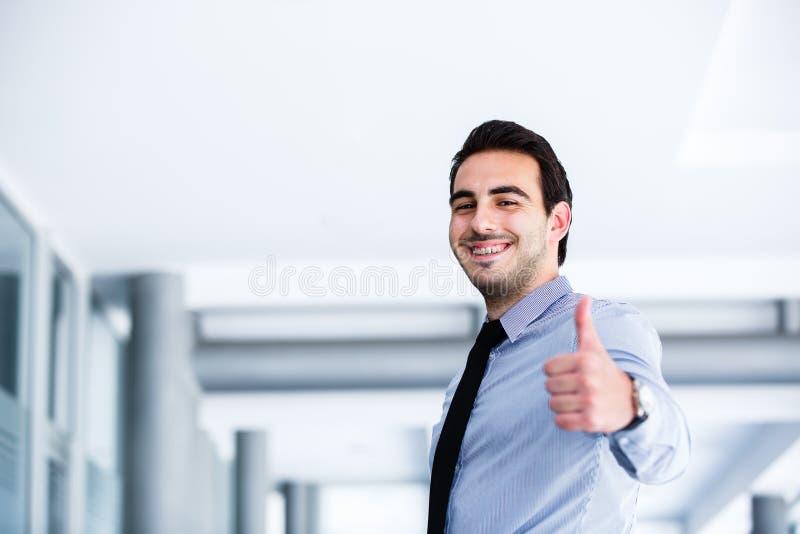 Motivational gest från ung affärsman arkivfoton