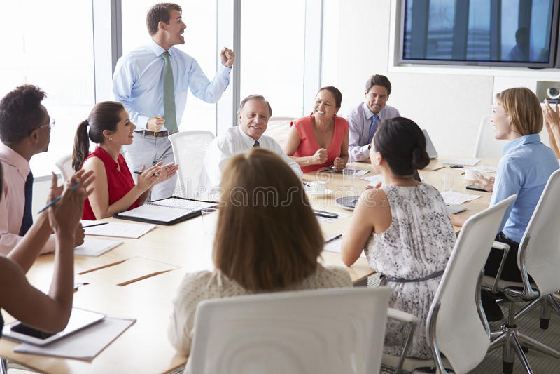 Motivational högtalare som talar till Businesspeople i styrelse arkivbilder