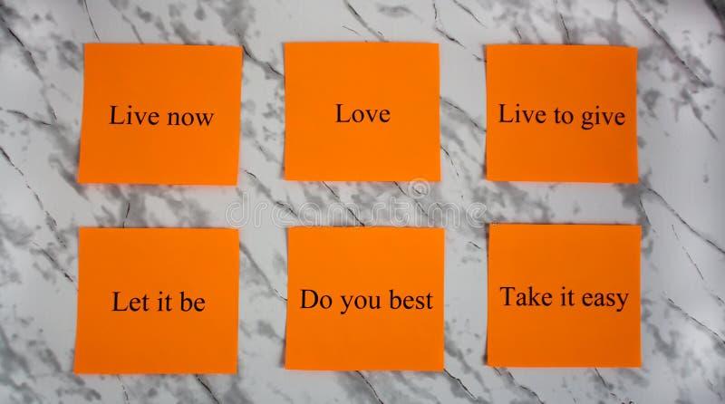 Motivational ord p? kul?ra ark av papper Kreativitet och konst Studie utbildning, arbete Kontor skola, universitet brevpapper fotografering för bildbyråer