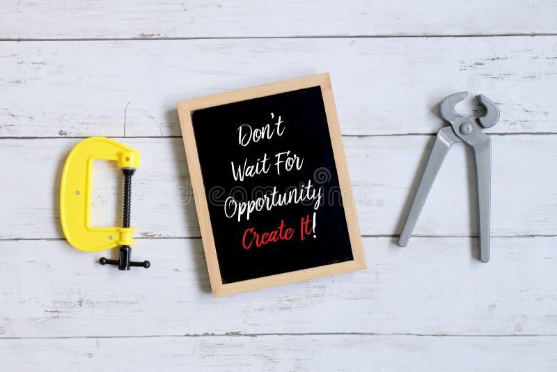 Motivationcitationstecken väntar inte på tillfälle för att skapa det! på en svart tavla Affärs- och finansbegrepp arkivbild