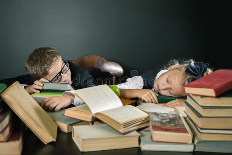 Motive a su niño para estudiar un tema aburrido fotos de archivo
