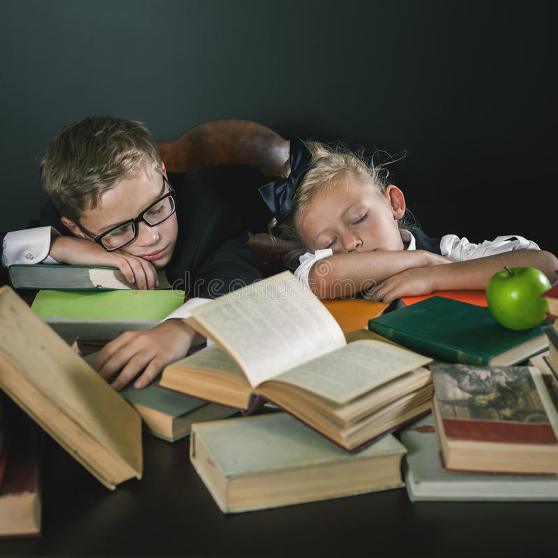 Motive a su niño para estudiar un tema aburrido imagen de archivo