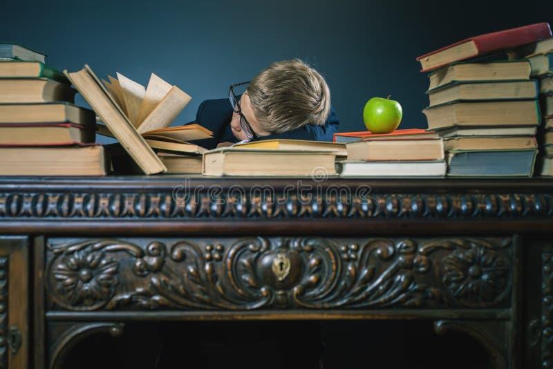 Motive a su niño para estudiar un tema aburrido imagenes de archivo