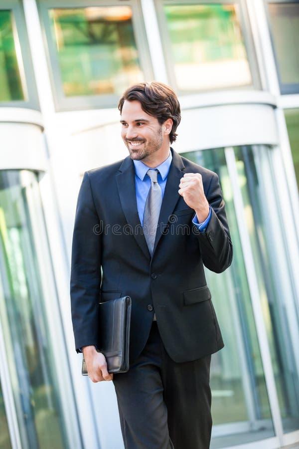 Motiverad affärsman som stansar luften royaltyfri bild