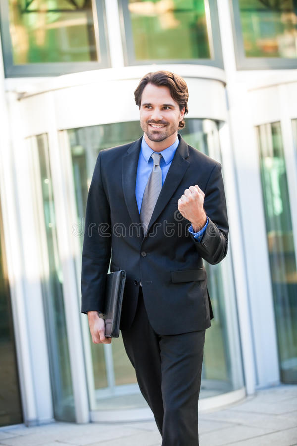 Motiverad affärsman som stansar luften royaltyfria foton