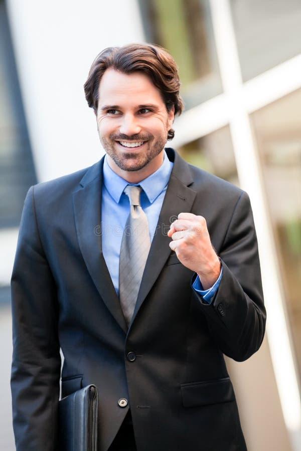 Motiverad affärsman som stansar luften royaltyfri foto