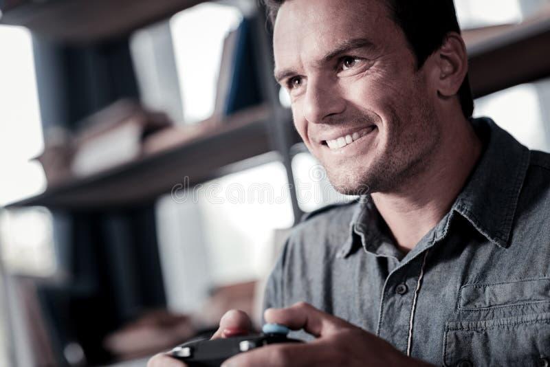 Motiverad man som spelar videospel royaltyfri fotografi