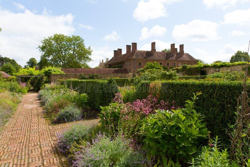 Motivi di Barrington Court vicino a Ilminster Somerset England Regno Unito con i giardini in sole di estate fotografie stock libere da diritti