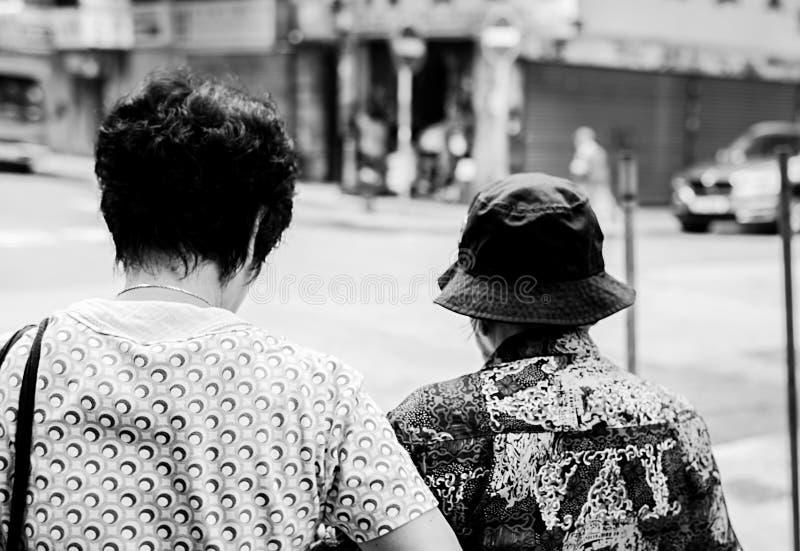 Motivi gli anziani camminano insieme Hong Kong 10/05/2016 immagine stock