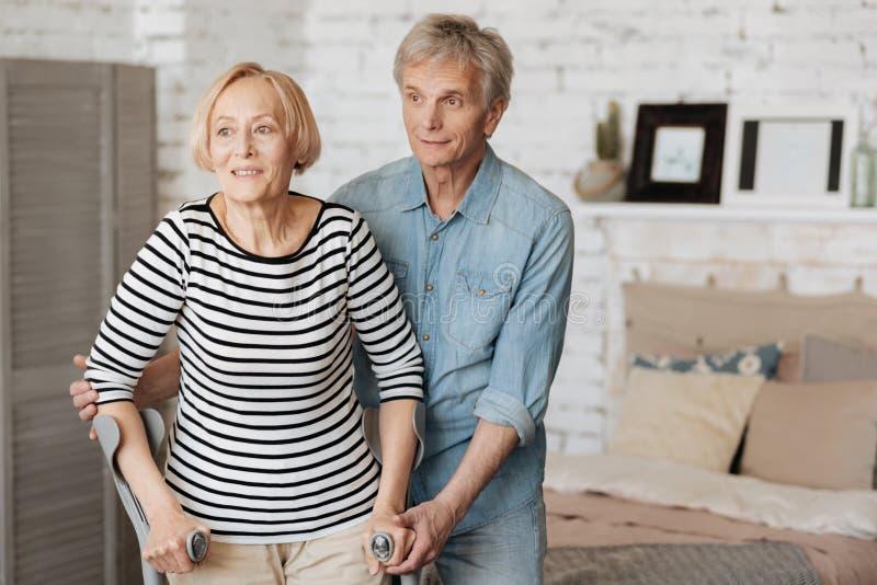 Motivierter empfindlicher Mann, der seine Frau während der Wiederaufnahme stützt stockbild