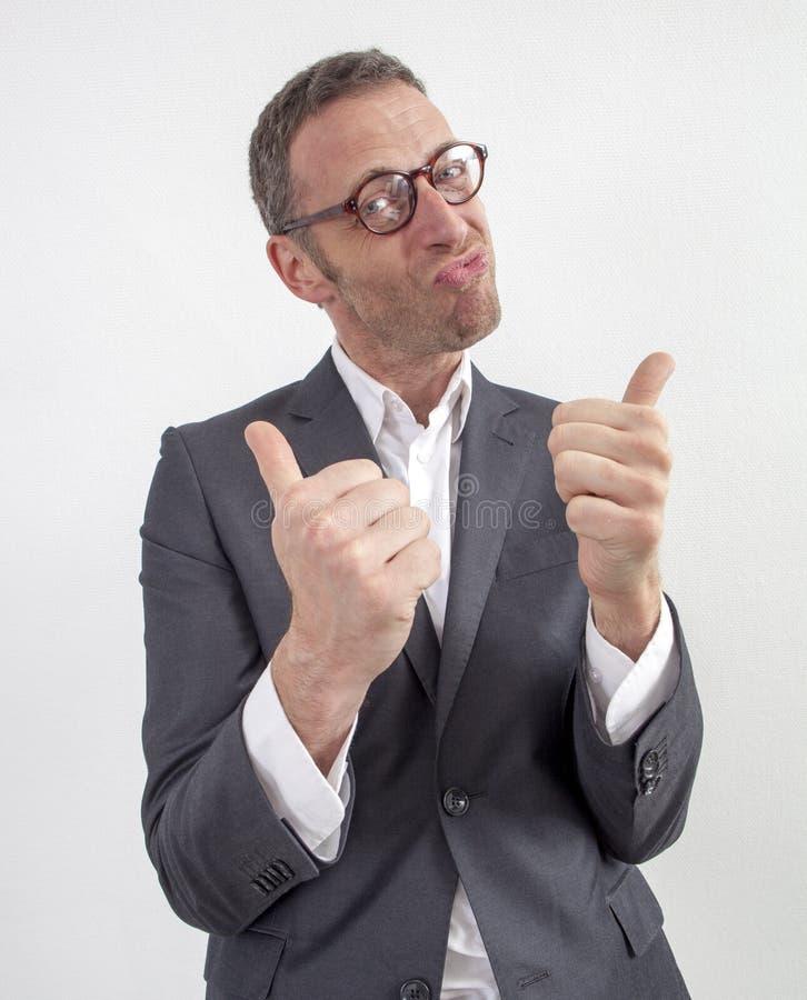Motivierter Manager mit zwei Daumen oben zum Spaß und Humor lizenzfreie stockfotografie