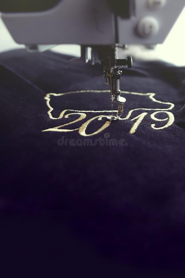 motivo chino del Año Nuevo cosido por la máquina del bordado con hilado precioso del oro en tela del negro velvetely foto de archivo libre de regalías