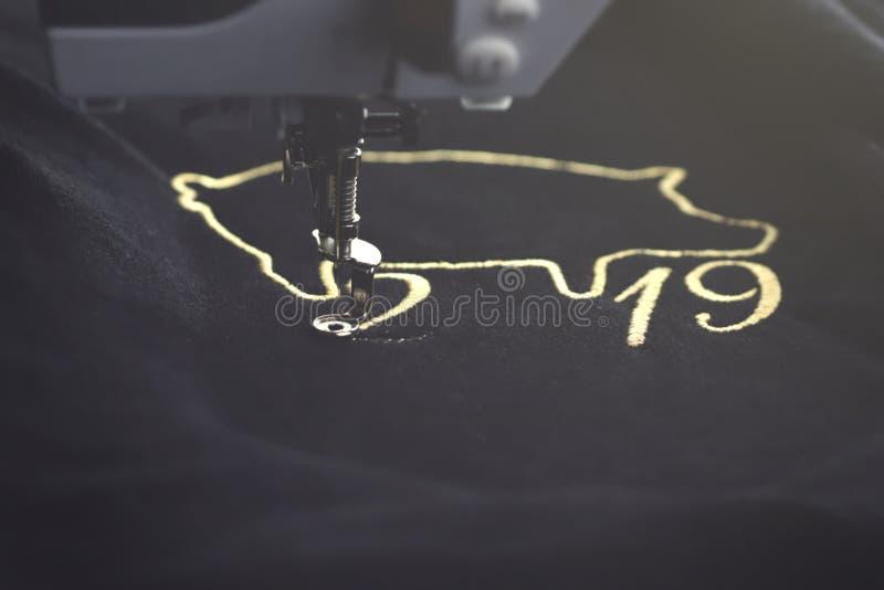 Motivo chino inclinado del Año Nuevo de la vista delantera 2019 cosido con hilado precioso del oro en tela del negro velvetely po fotografía de archivo libre de regalías