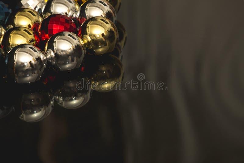 Motivo colorido de las chucherías de la Navidad en fondo oscuro imagenes de archivo