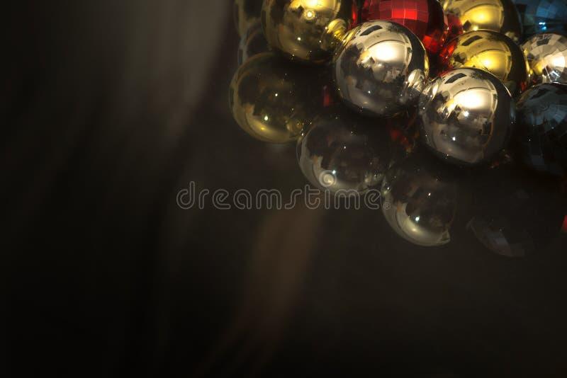 Motivo colorido de las chucherías de la Navidad, fondo del darl fotografía de archivo