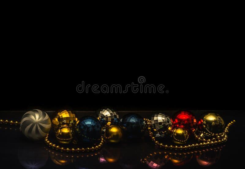 Motivo colorido de las chucherías de la Navidad, fondo negro imagen de archivo libre de regalías