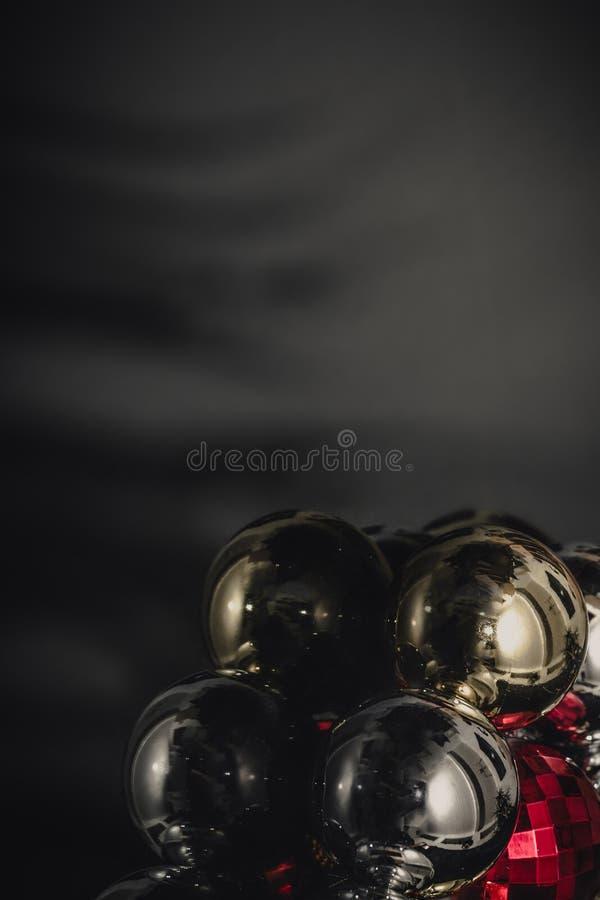 Motivo colorido de las chucherías de la Navidad, fondo oscuro fotos de archivo libres de regalías