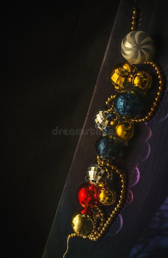 Motivo colorido de las chucherías de la Navidad, fondo oscuro imagen de archivo libre de regalías