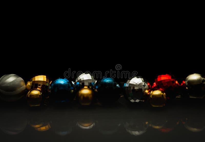Motivo colorido de las chucherías de la Navidad, oscuridad horizontal fotografía de archivo libre de regalías