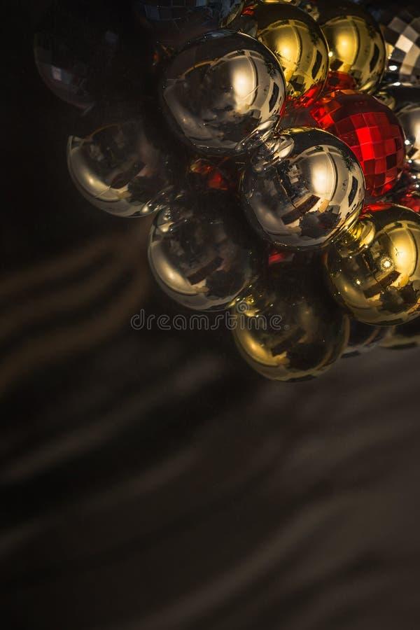Motivo colorido de las chucherías de la Navidad, oscuro imagen de archivo