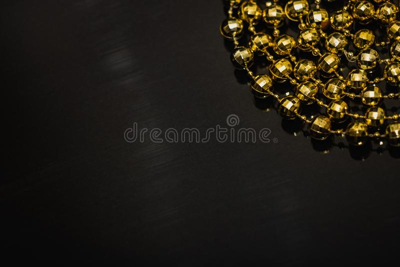 Motivo de cadena de la Navidad de oro en fondo negro fotografía de archivo