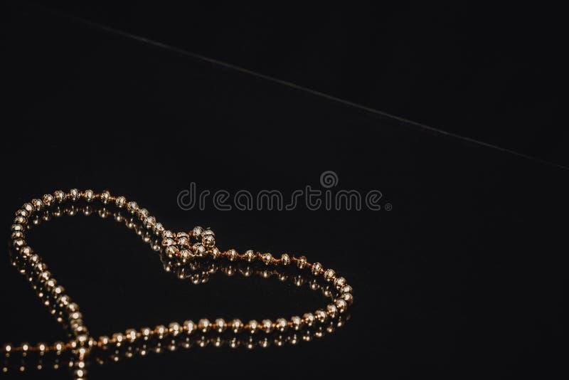Motivo de oro de la cadena del árbol de navidad imágenes de archivo libres de regalías