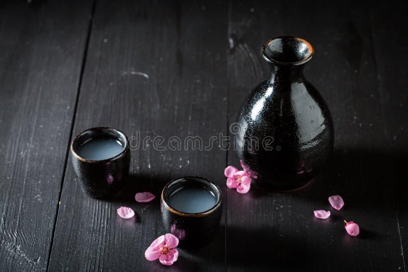 Motivo en cerámica negra en la tabla foto de archivo
