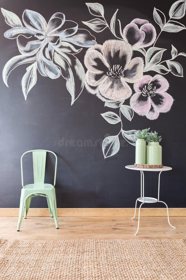 Motivo floreale sulla parete della lavagna immagini stock libere da diritti