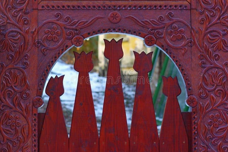 Motivo tallado del tulipán en la puerta foto de archivo libre de regalías