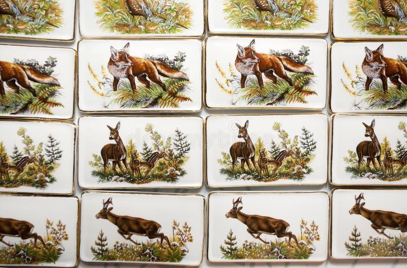 Motivos do animal selvagem em ímãs feitos a mão do refrigerador da porcelana imagens de stock