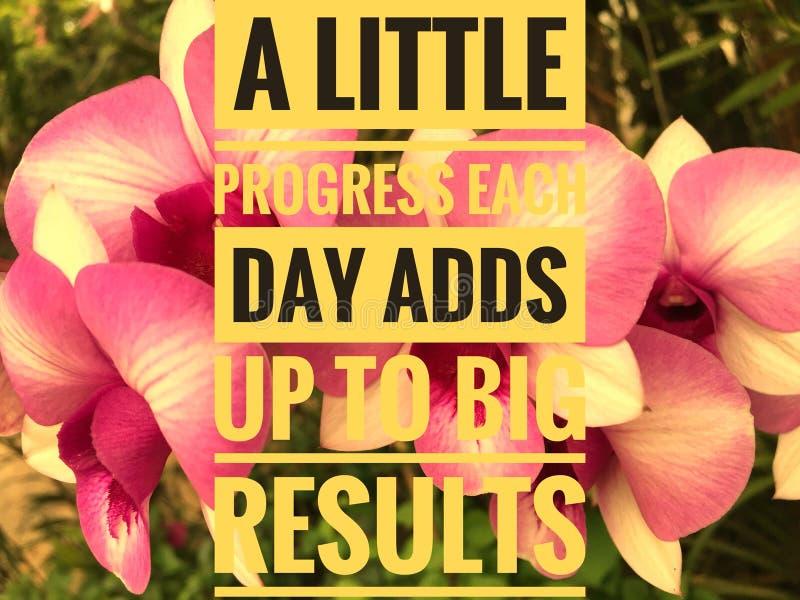 Motivzitate auf Naturhintergrund ein wenig Fortschritt, den jeder Tag oben großem Ergebnis hinzufügt lizenzfreie stockbilder