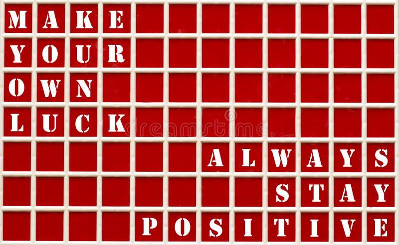 Motivzitate geschrieben auf ein rotes Brett lizenzfreie stockbilder