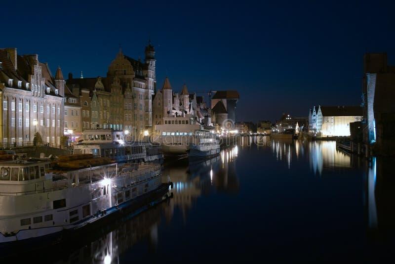 Motlawa flod, Gdansk på natten. royaltyfri fotografi