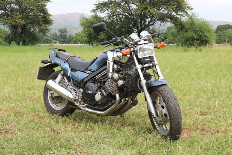 Moto azul metálica parqueada de la génesis de la válvula de Yamaha FZX 5 en GR imagen de archivo