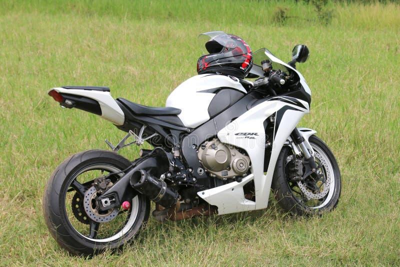 Moto blanca parqueada de Honda CBR1000RR en hierba verde imagen de archivo libre de regalías