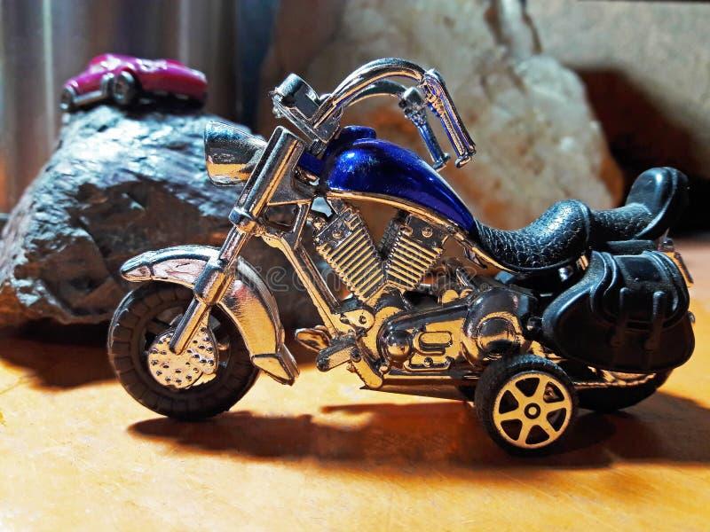 Moto bleue de jouet images stock