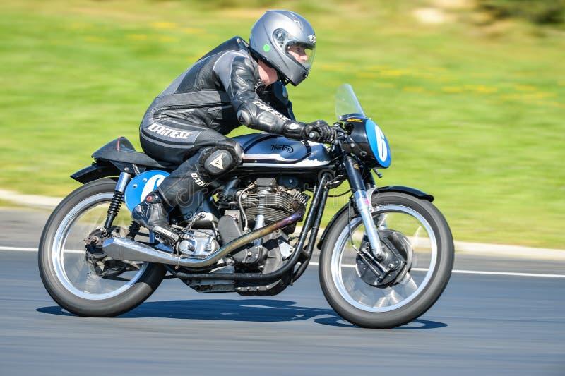 Moto classique de Norton sur une voie de course photos libres de droits