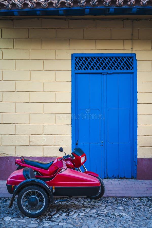 Moto con un coche lateral en Trinidad imágenes de archivo libres de regalías